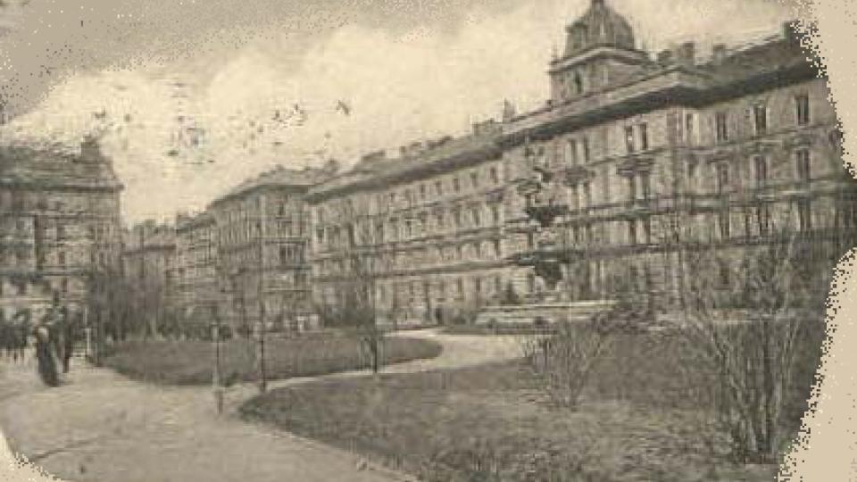 Kasárna na pražském Smíchově na staré fotografii (kolem roku 1900)