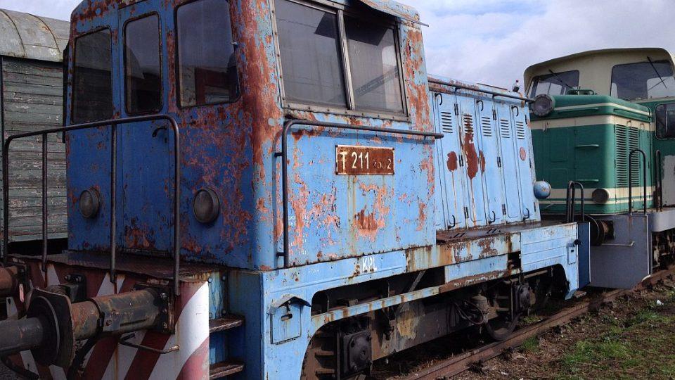 Nadšenci z Jaroměře renovují Hurvínky. Tedy 60 let staré železniční vagóny.