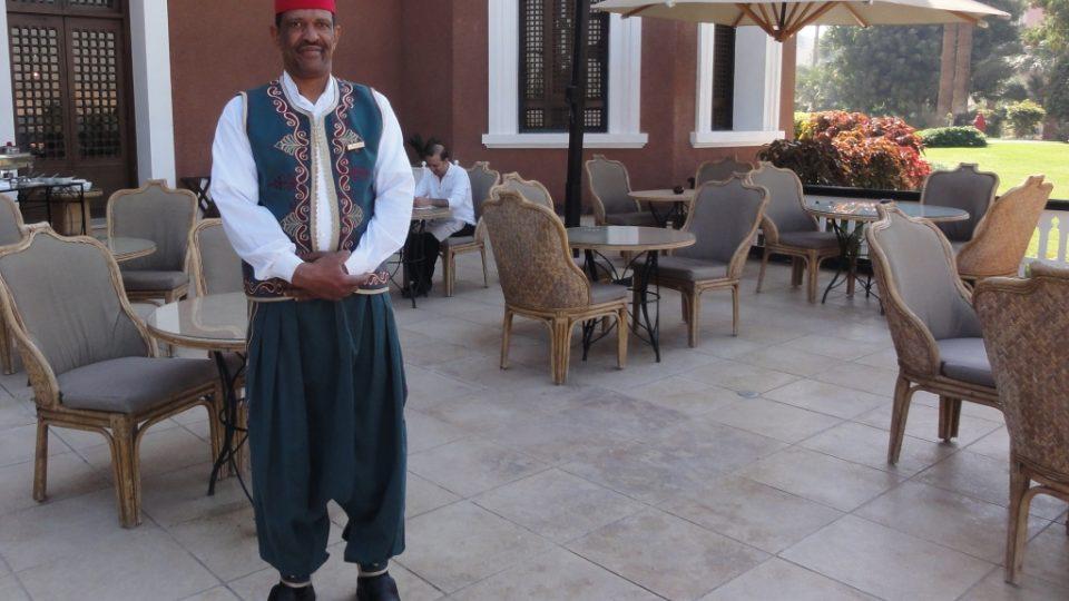 Obsluha v hotelu nosí dobové turecké fezy