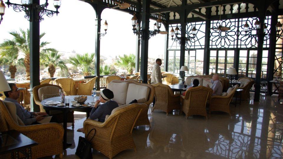 Terasa hotelu Old Cataract je úžasným koloniálním prostředím