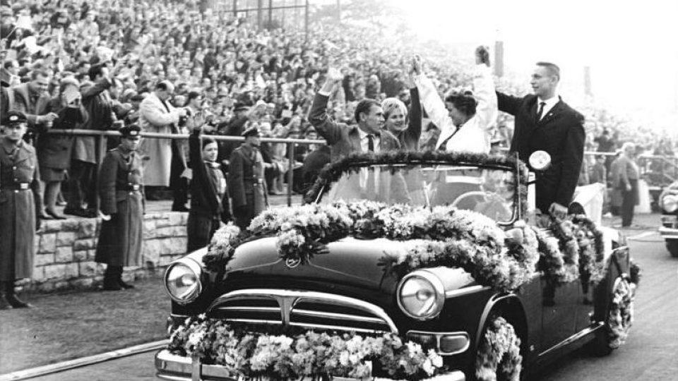 Příjezd Těreškovové a Gagarina na fotbalové hřiště v Německu (DDR)