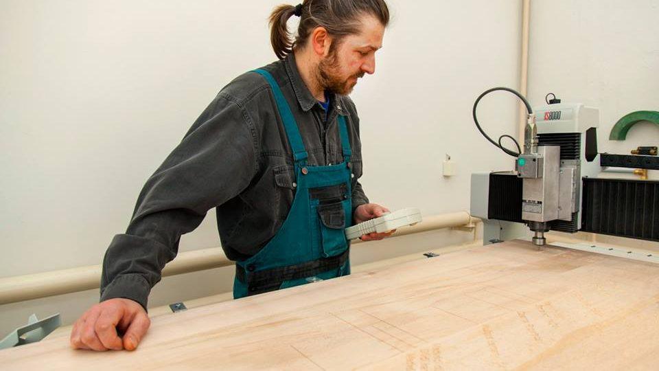 Dílna dřevovýroby Správy KRNAP dokončuje výrobu nových panelů šesti naučných stezek.