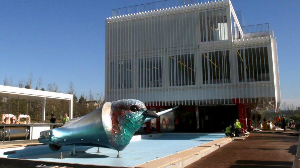 Ke vstupu do českého pavilonu láká výrazná plastika