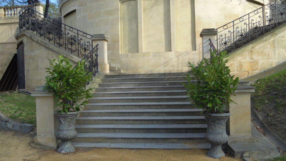 Dekorativní květináče u vnějších schodů