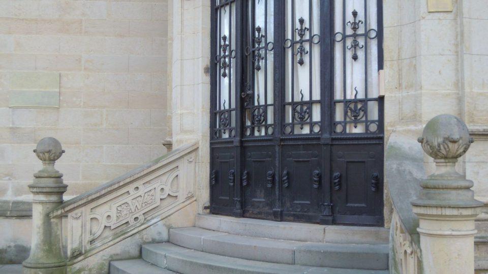 Vchod bez cedule a s prostěradlovou výzdobou