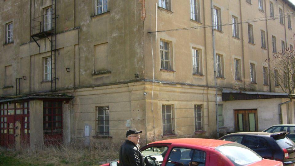 Starosta Mimoně František Kaiser před bývlou ubytovnou n.p. Ton