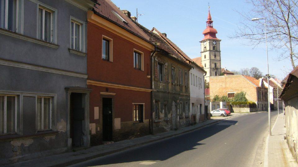Strana domův Okrouhlické ulici - některé z nich už vlastní město Mimoň