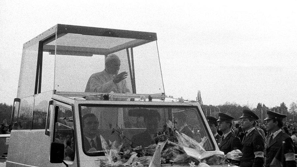 Papež Jan Pavel II. přistál na letišti v Ruzyni čtyři měsíce od pozvání Václava Havla