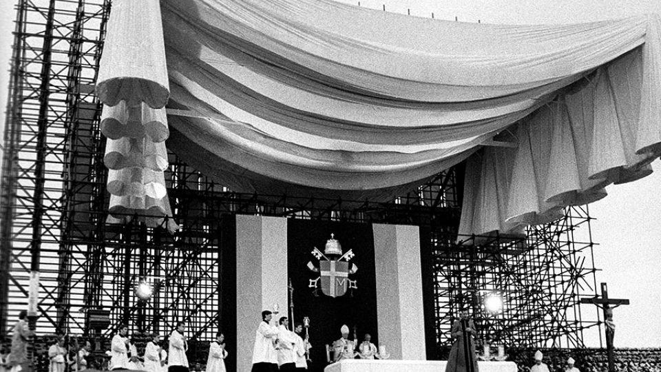 """Jan Pavel II. ve svých projevech odsoudil komunistickou ideologii jako """"nesmyslnou tragickou utopii opírající se o strach, která dlouho paralyzovala život ve východní Evropě"""""""