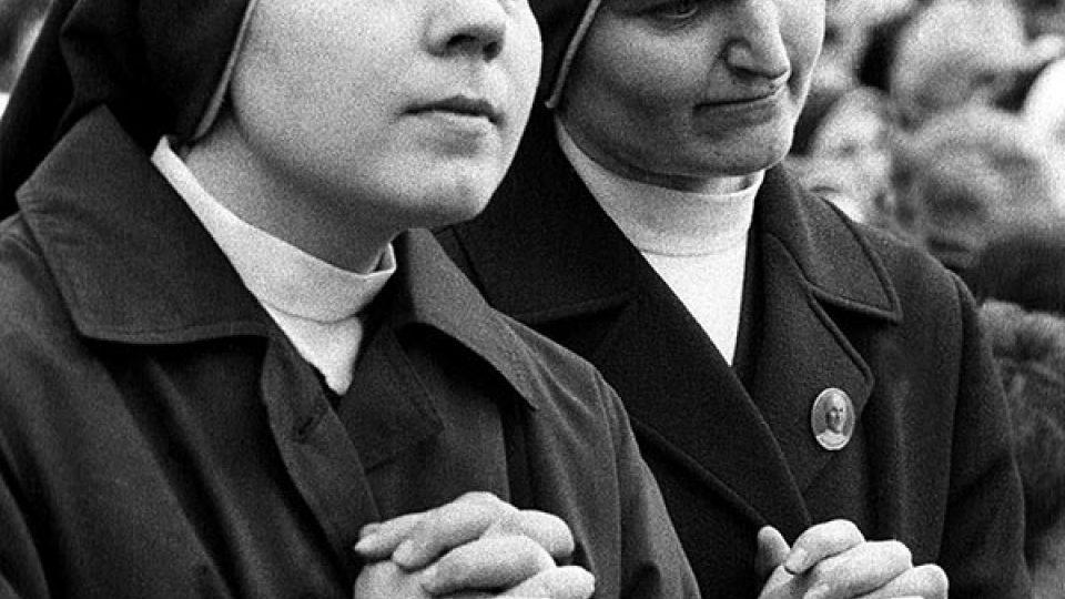 Modlící se jeptišky si přišly v roce 1990 poslechnout papaže Jana Pavla II. na Letnou