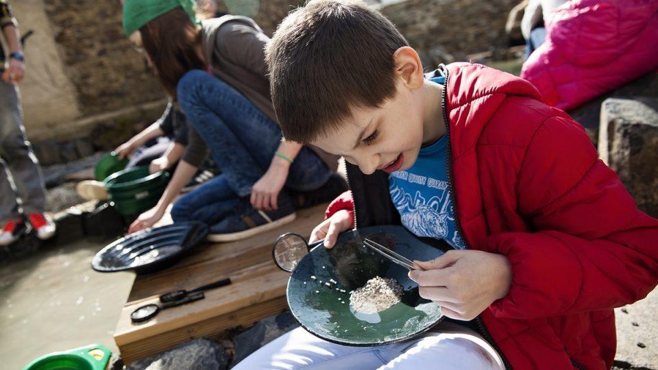 Děti si mohou vyzkoušet rýžování těžkých kovů