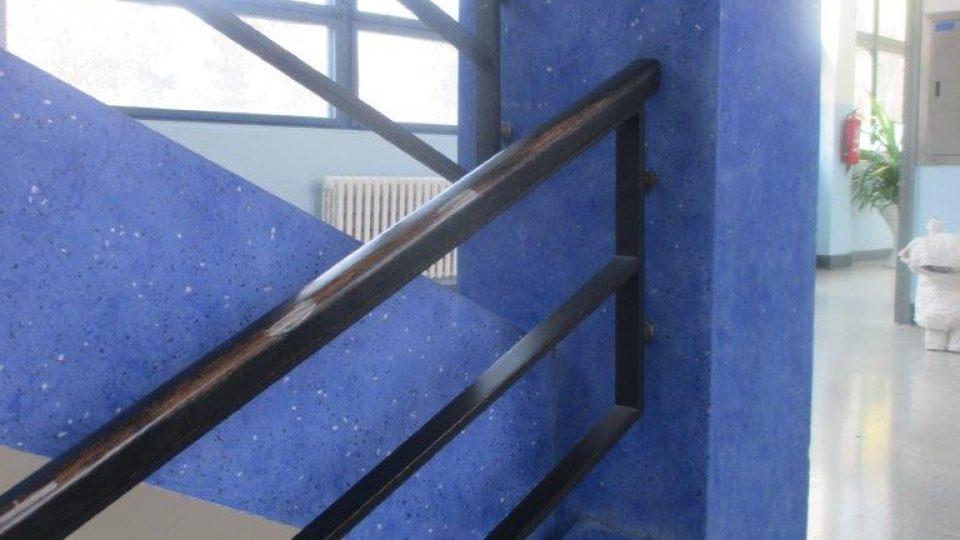 MŠ a ZŠ v Bílé ulici v pražských Dejvicích - barevné schodiště