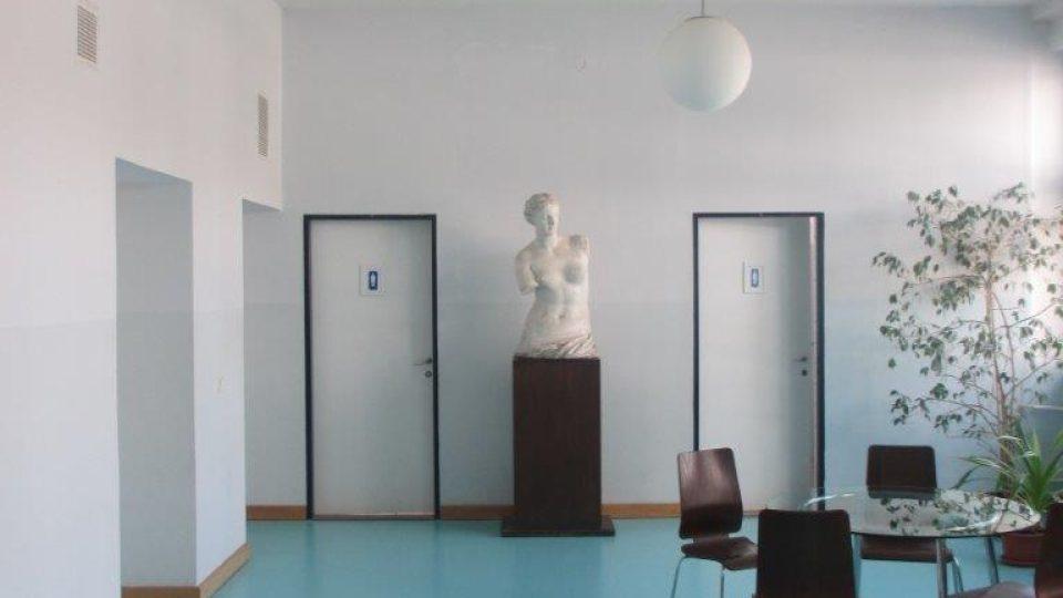 MŠ a ZŠ v Bílé ulici v pražských Dejvicích - prostor chodby