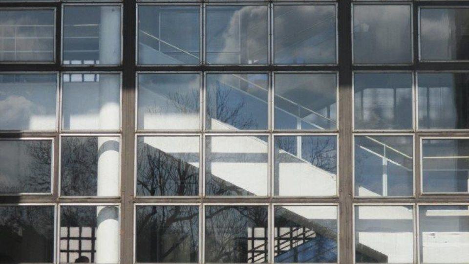 Škola na Evropské třídě - prosklený průhled na schodiště