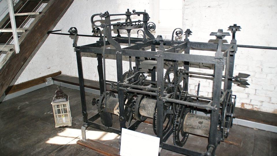 Původní hodinový stroj z roku 1727 sestrojil kovář