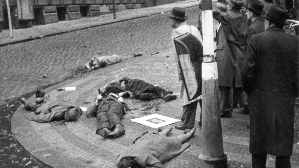 Mrtví Němci na rohu Vinohradské a Balbínovy ulice