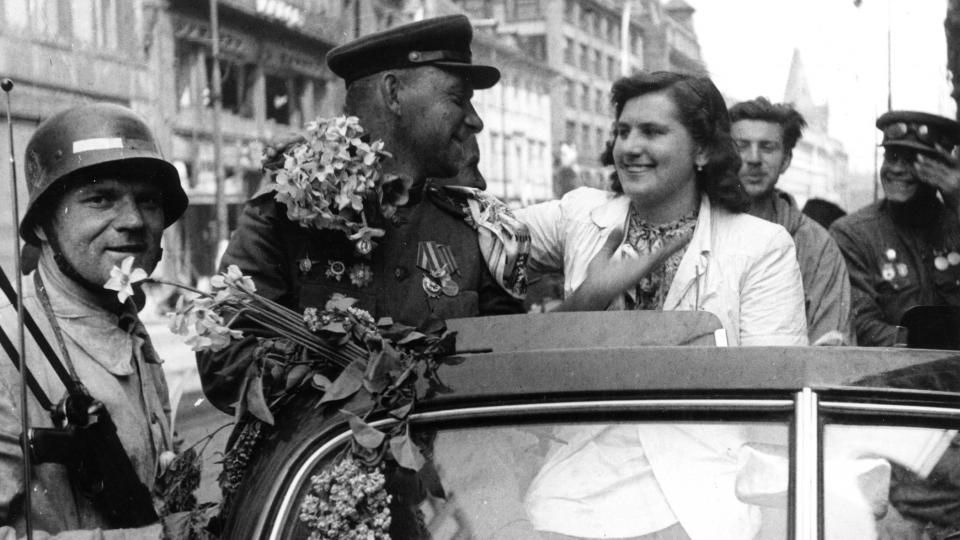Sovětské vojáky vítali Češi šeříky