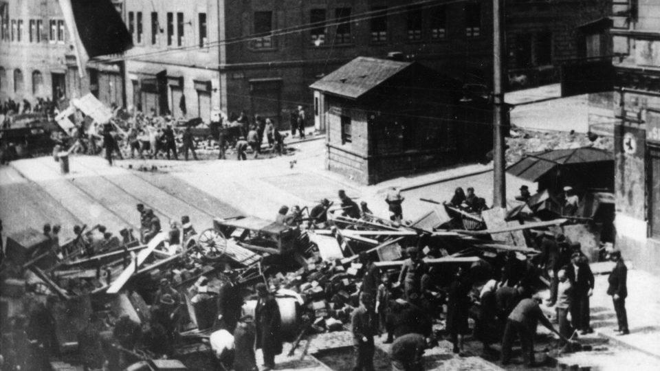Barikády v Poděbradské ulici na Žižkově
