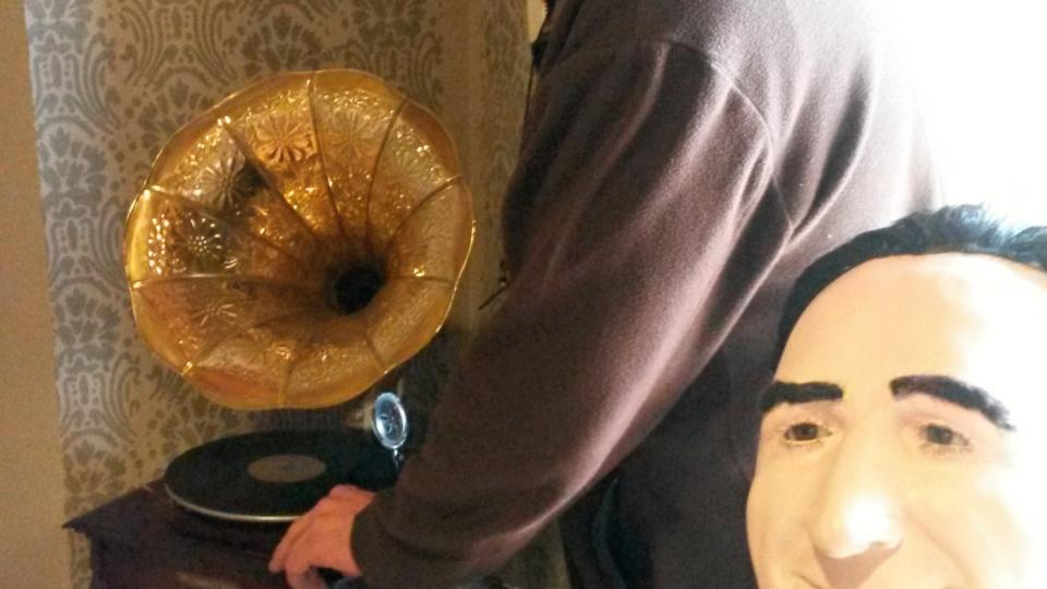 Autor projektu Krajinou břidlice Lumír Moučka u starého gramofonu