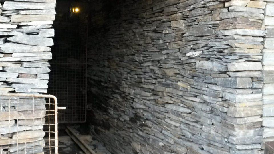 Vchod či vjezd do břidlicové štoly