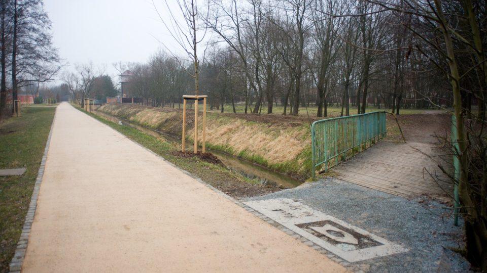Spojilský odpad odděluje zrekonstruovanou a nedotčenou část parku