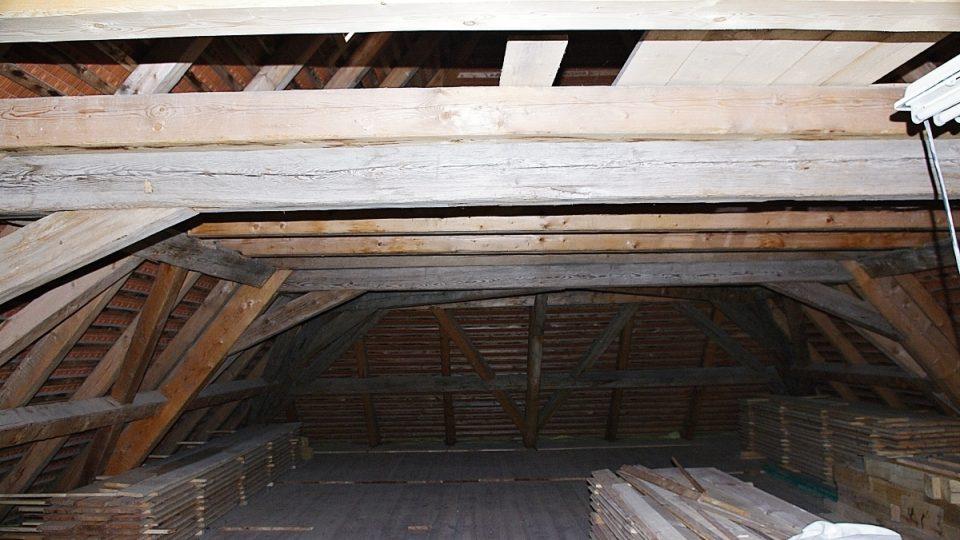 Občanskému sdružení U nás se podařilo částečně zachovat i původní barokní krov