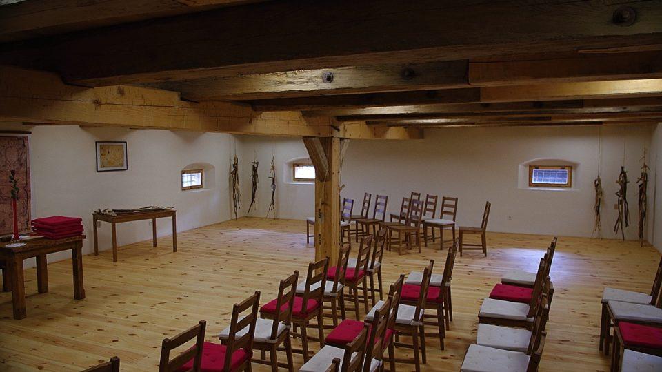 V první patře sýpky probíhají koncerty a přednášky