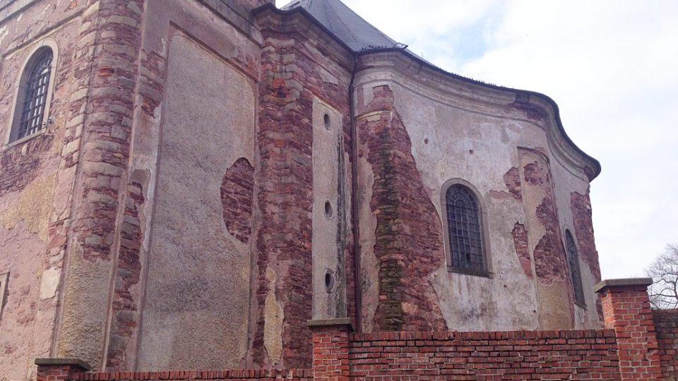Mezi kostely, které jsou v dezolátní stavu, patří i ten v malé obci Heřmánkovice