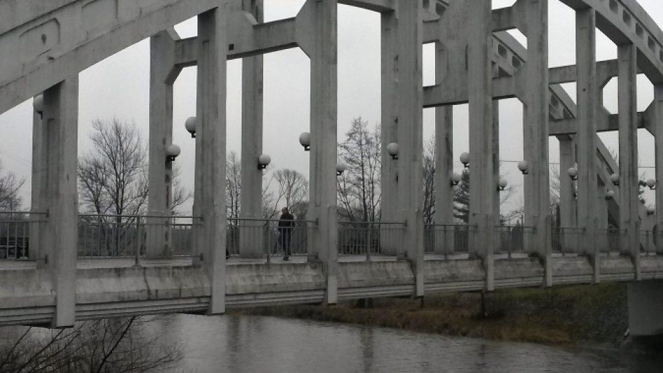 Most se tyčí nad řekou Olší