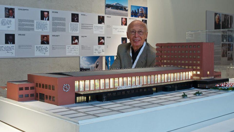 Architekt Miroslav Řepa s modelem pardubického nádraží