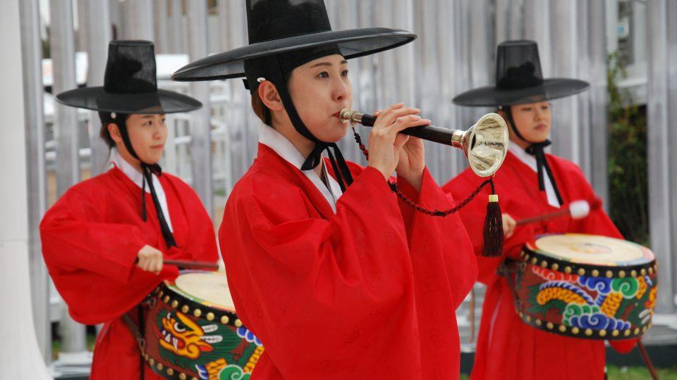 Hudebníci před pavilonem Koreje