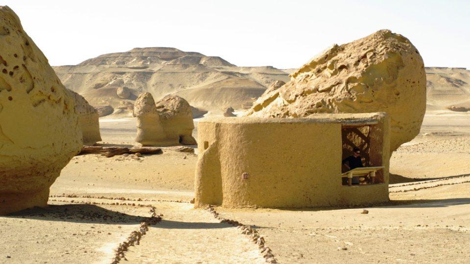 Před pouštním horkem poskytují útočiště vkusné přístřešky s informačními tabulemi