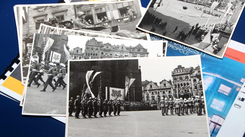 Historické fotografie z vojenské přehlídky v roce 1945 v Plzni. Do studia Radiožurnálu je přinesl urbanista Petr Kučera