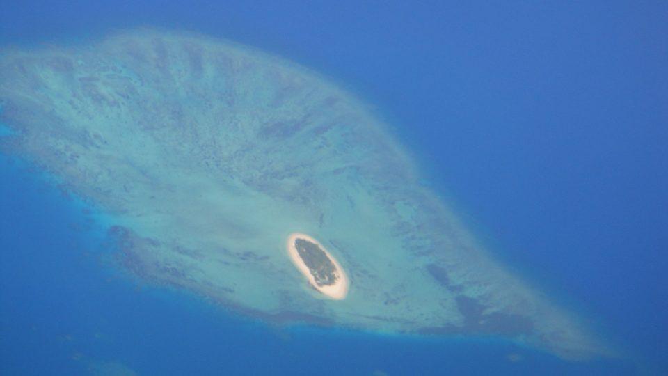 Fidži - pohled z letadla na ostrov ze skupiny Mamanuca