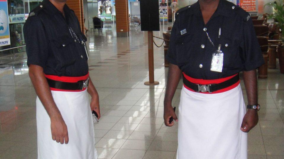 Fidži - Viti Levu - strážci pořádku na letišti v Nadi