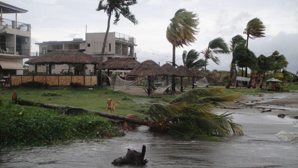 Fidži - Viti Levu - pobřeží po přechodu cyklónu (rychlost větru 270 km/h)