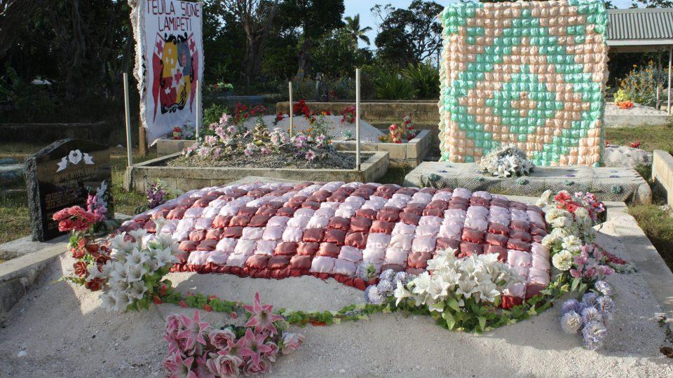 Tonga - barevné hřbitovy