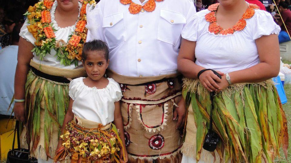 Tonga - Tongatapu - svátečně oblečená rodinka z hlavního města Nuku´alofy