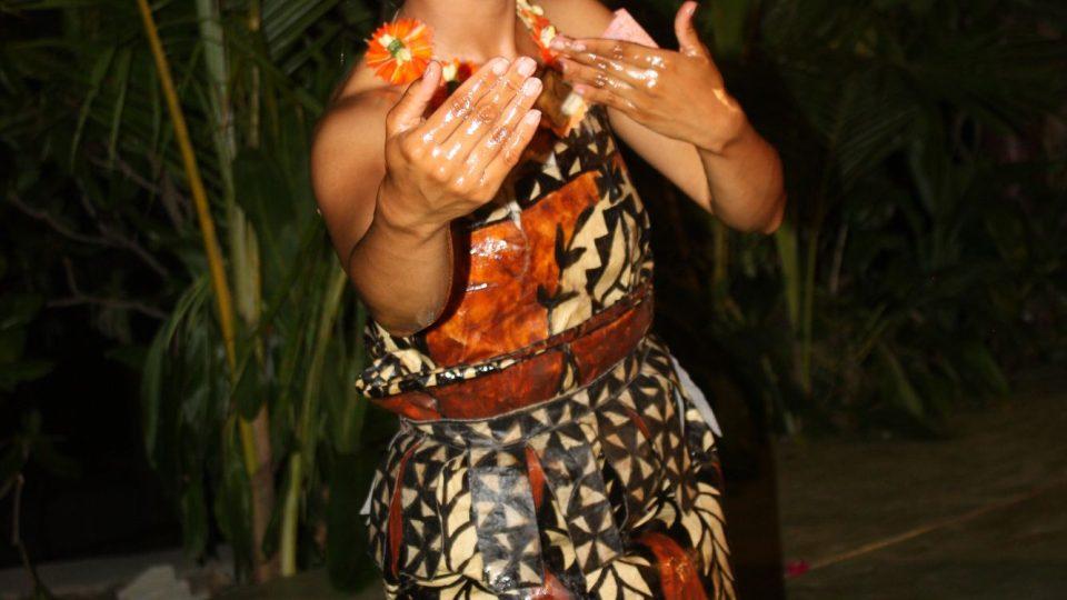 Tonga - Tongatapu - tanečnice v oděvu z tapy