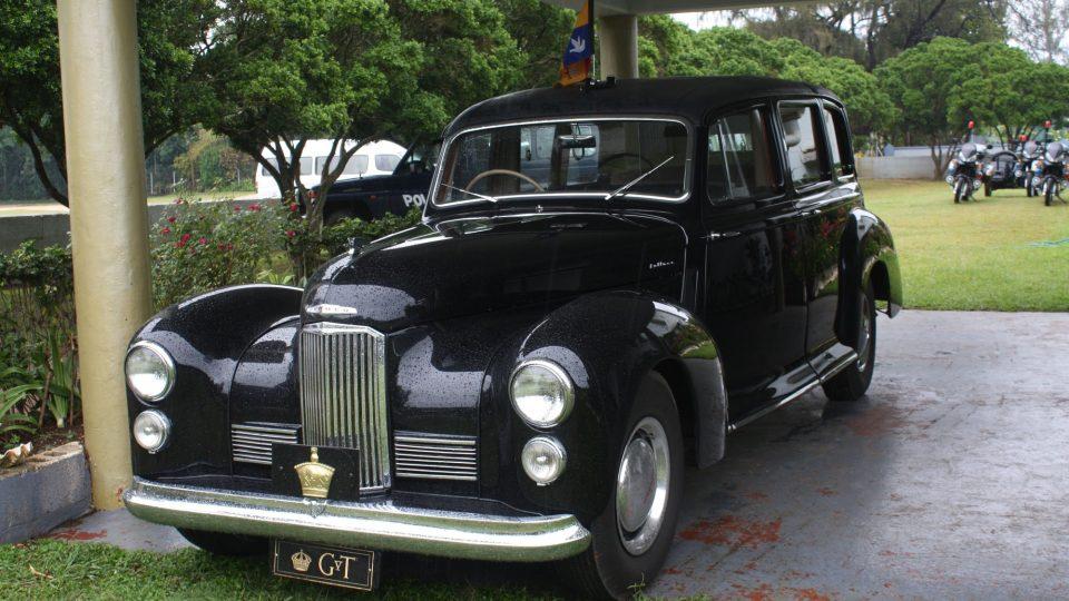 Tonga - vůz krále Tupou V. při nedělní návštěvě mše