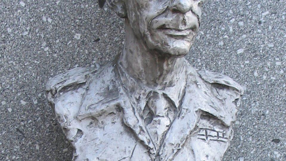 Dukla, Alej hrdinov armádny. Busta generála Karla Klapálka od sochaře Jána Kulicha
