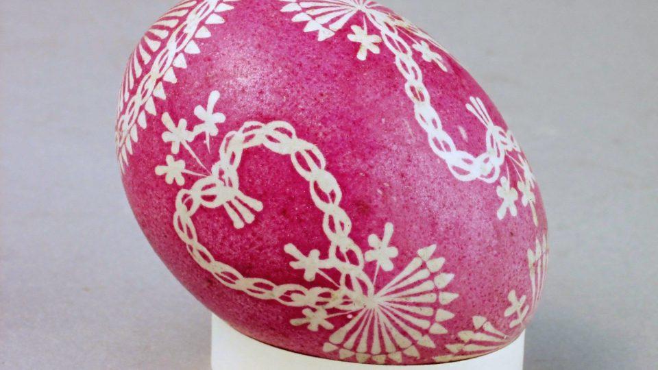 Kraslice zdobená voskem, obarvená červeně, vyrobila B. Beroušková, Chodov u Domažlic