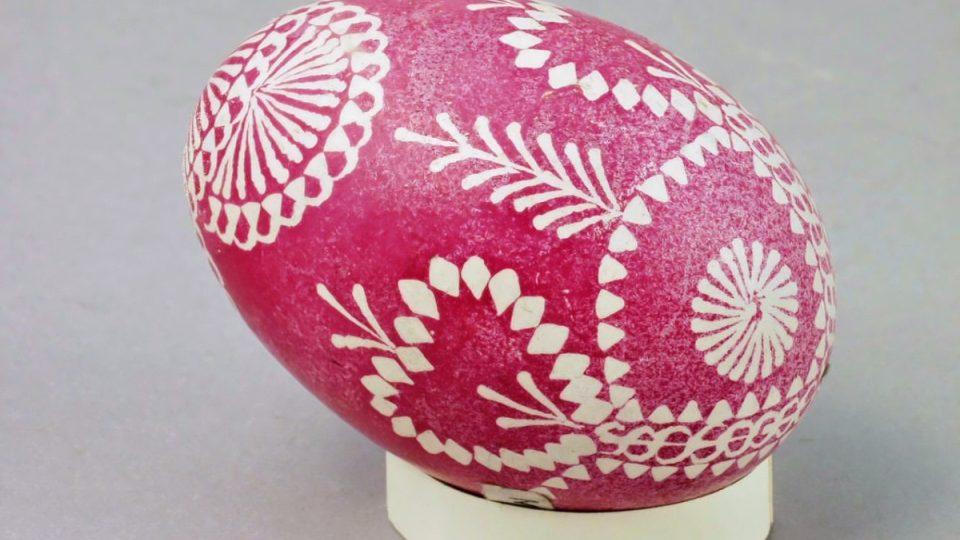 Kraslice zdobená voskem, obarvená červeně, vyrobil A. Hoffmann v Dílech na Chodsku