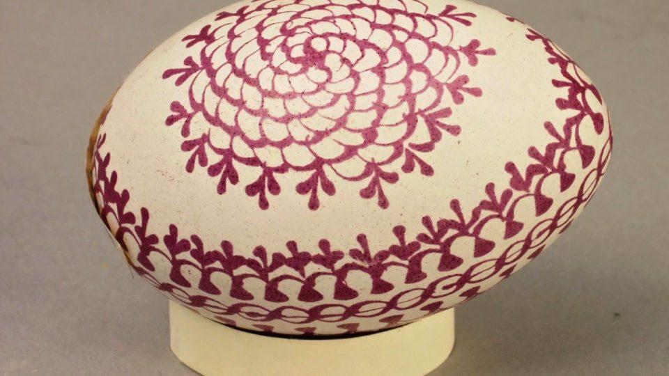 Kraslice barvená červeně, zdobená voskem a leptaná octem, vyrobil A. Hoffmann v Dílech na Chodsku