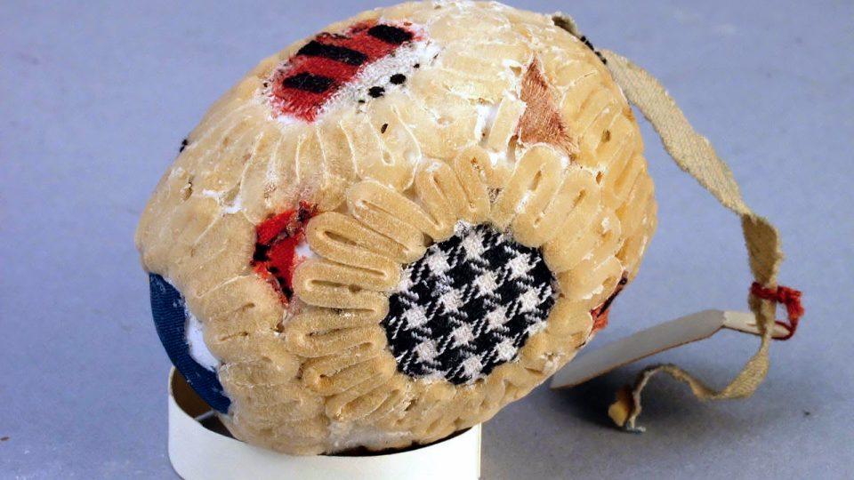 Kraslice polepovaná kousky látek, zdobená bezovou duší, vyrobeno v Blovicích