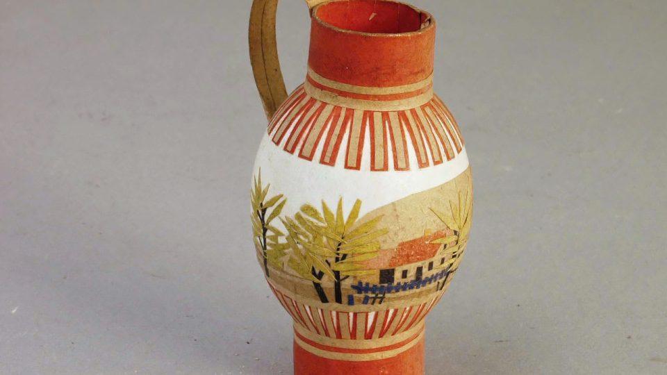 Kraslice polepovaná barevným papírem do tvaru džbánečku, vyrobil Hynek Dyk v Třemošné