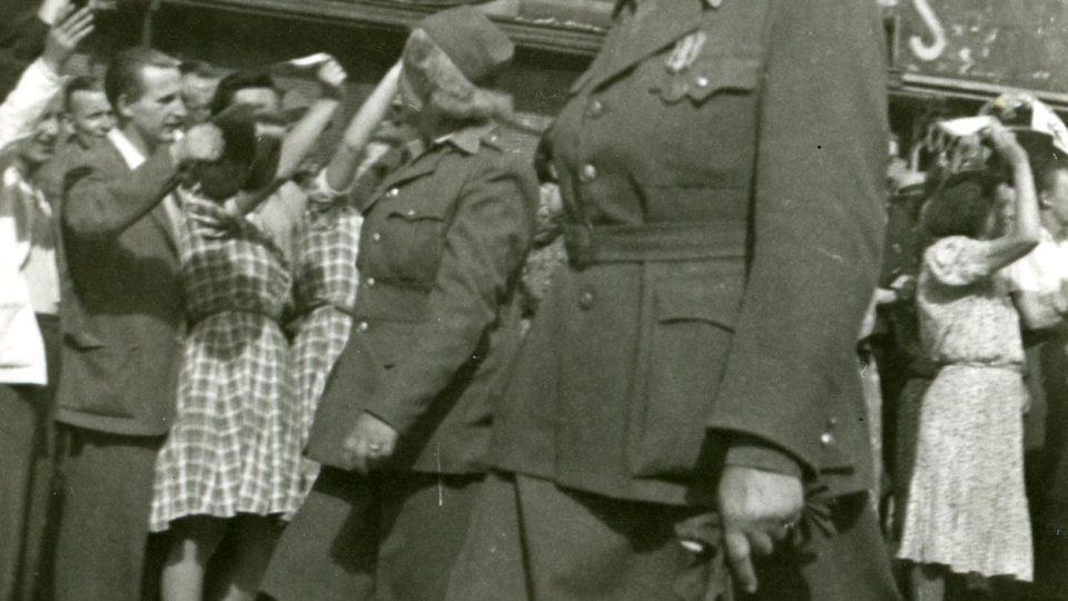 Praha, 17. květen 1945. Přehlídka vojenských jednotek západní a východní fronty, v jejichž čele jel generál Karel Klapálek