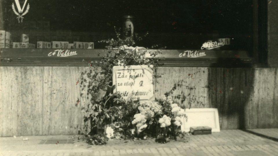 Praha v květnu 1945. Pomník padlým hrdinům povstání