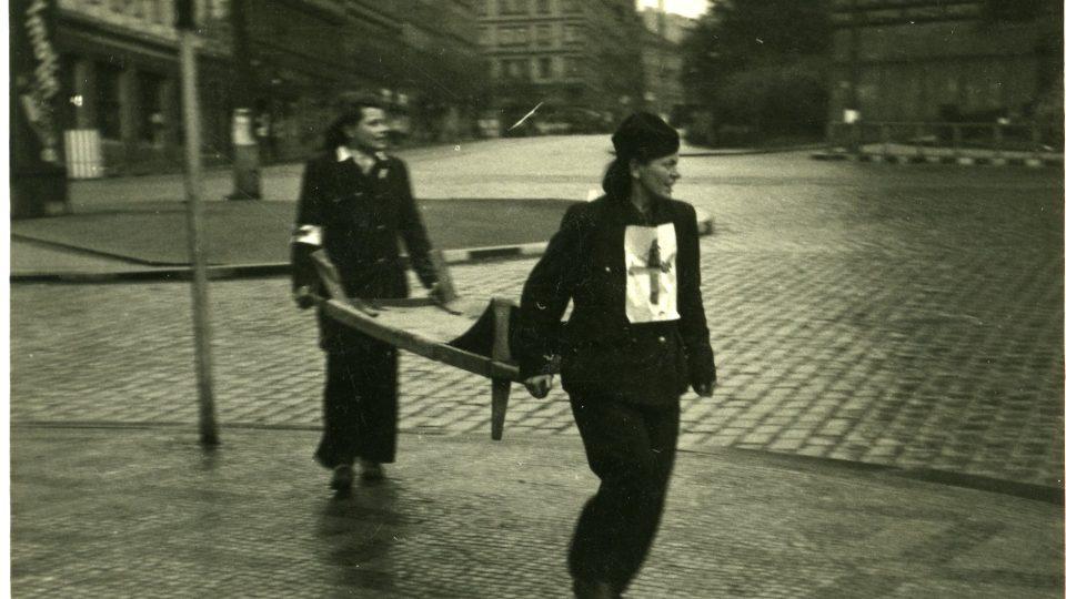 Zdravotnice pomáhají zraněným během Pražského povstání