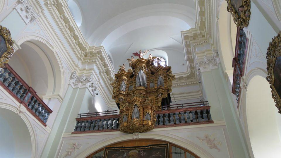 Varhany v chrámu Panny Marie Pomocné.jpg